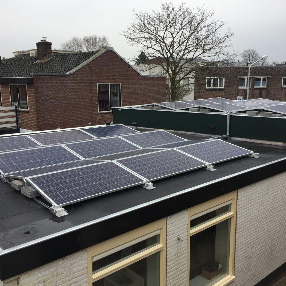 Zonnepanelen op het dak van het pandje